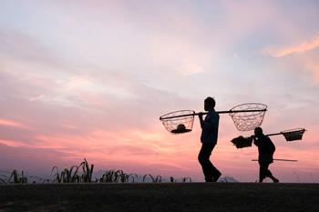 5月29日黄昏,在贵州省凯里市别牙苗寨,村民结束劳作走在回家路上.