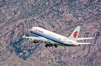 国航飞机飞翔在雪域高原