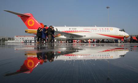 arj21新支线飞机从上海飞往成都