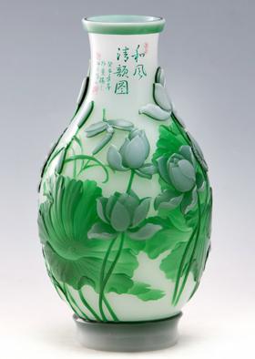 """""""博山琉璃插花摆件""""系列作品被摆放在国宴桌上;由博山西冶工坊制作的"""