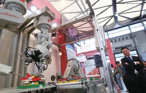 中国经济面临着调整产业结构