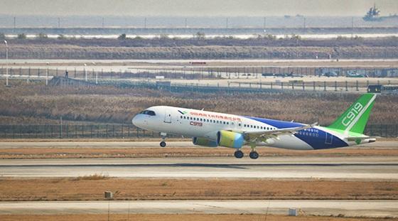 c919飞机102架机在浦东机场起飞