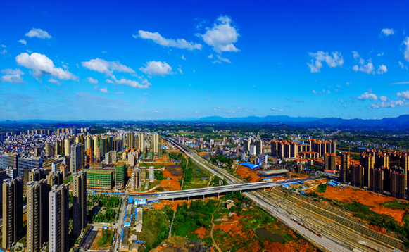 鸟瞰邵东   近年来,湖南省邵东县坚持创新驱动,聚焦实体经济,开启了创新发展的新篇章。2017年邵东全年GDP增长10.1%,固定资产投资增长17.1%,规模工业增加值增长10.1%,社会消费品零售总额增长12.5%,财政总收入增长13.2%。经济发展实现历史性跨越,县域经济综合排名有望进入全省十强。之所以能够取得这样的成绩,与邵东始终坚持以创新引领推动县域经济高质量发展的理念和方式是分不开的。邵东县相关负责人表示。   以新理念谋划新战略。邵东县牢固树立以创新为核心的发展新理念,坚持兴工旺商、转型