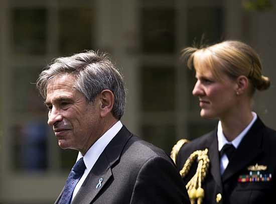 保罗/25日,世界银行行长保罗·沃尔福威茨(左)在美国华盛顿白宫参加...