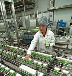 伊利现代化的纯牛奶生产线