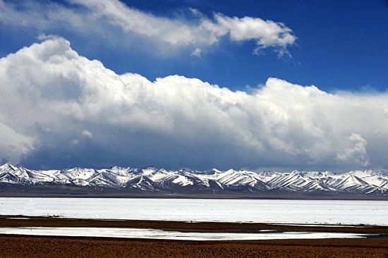 藏北草原上美麗的納木湖及念青唐古拉山脈(4月16日攝)。   國家歷來重視西藏高原的環境保護,十五期間,國家和自治區用于西藏生態環境保護與建設的投資達24億元,實施了拉薩拉魯濕地、納木錯自然保護區管護工程和那曲中部草地國家級生態示范區等建設工程。   國務院2007年批準的180個西藏十一五規劃項目中,生態環保項目佔23個,投資達到64.