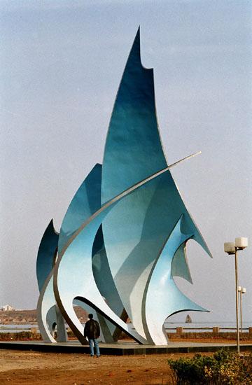 青岛市环境艺术海滨大道东端的抽象雕塑《兰色的帆》