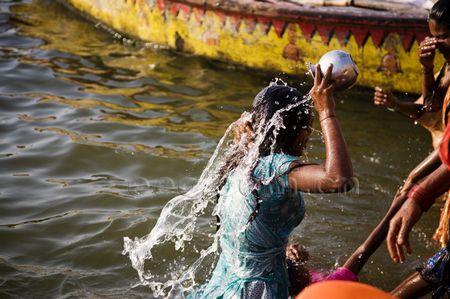 赶在太阳升起之前租一条木船;; 印度探索之感知恒河-耐卡时尚网-奢侈