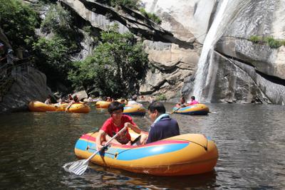 黑龙潭坐落在密云县石城乡鹿皮关北面的一条全长4公里,水位落差220