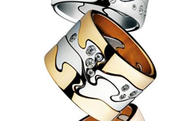 设计师妮娜古柏最为人知的设计特色是她能完美地结合神秘与简约元素于一身,表达珠宝艺术创作的新思维。1970年创作FUSION系列时,她想要捕捉精神世界与物质世界不同元素的律动融合。通过18K黄金、18K玫瑰金、18K白金的精工雕琢与创意搭配,FUSION系列呈现出32种丰富多彩的组合搭配,展现了景致鲜明、栩栩如生的四季风情:18K黄金的温情暖意抒写了百花绽放、和煦迷人的春夏;18K玫瑰金的醉人情深烙印了斯堪地那维亚森林秋凉之际的梦幻色调;18K 白金的纯净代表了白雪皑皑充满童话色彩的冬令景观。其简洁而灵动
