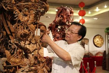 樟木雕刻的栩栩如生的传统金漆木雕《龙虾蟹篓》以及