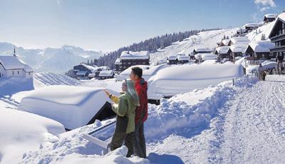 在素朴的群山,湖泊和白桦树林中显出一种高雅的北欧特点.