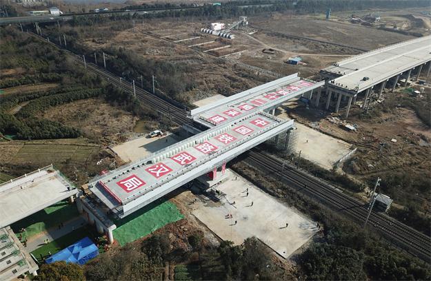 湖北孝感:107國道跨京廣鐵路轉體橋成功轉體