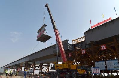 烏瑪高速公路控制性工程鎮羅黃河特大橋合龍